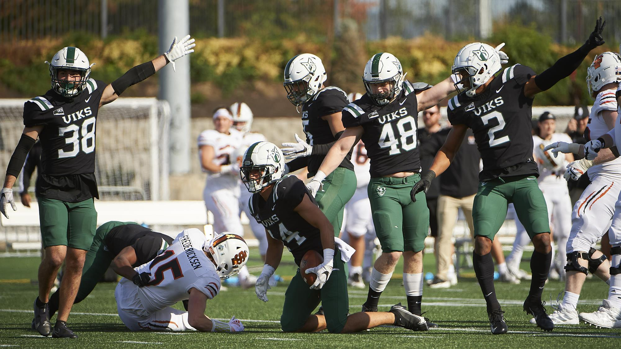 Anthony Adam recovers a fumble against Idaho State